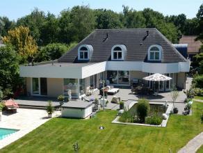 Residentieel gelegen villa op een perceel van 2.793m² met riante woonkamer van waaruit prachtig zicht over de tuin met vijverpartij en verwarmd z