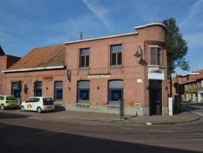 Handelszaak pal in het centrum van Wuustwezel met mooie historiek. Momenteel wordt de handelszaak gebruikt als restaurant/café. Hierboven is er