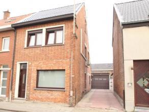 Toffe gezinswoning met 3 slaapkamers, zolder met vast trap en ruime garage of magazijn (80m²), nabij centrum van Beveren. Deels gerenoveerde inst