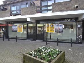 Gelijkvloerse handelsruimte van ca. 183m² gelegen op een centrale locatie te Kalmthout in Winkelcentrum De Beek! Deze handelsruimte heeft een pra