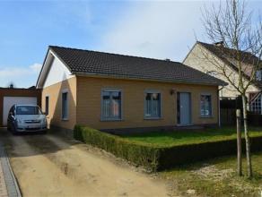 Landhuisje op een perceel van 560m² met zuid-tuin en grote garage. Indeling met onder andere 2 slaapkamers, leefruimte van ca. 35m² en keuke