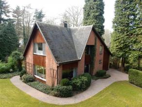 Zeer charmante stijlvilla met mooie zonnige tuin van ca. 2000 m² op een residentiële toplocatie. GELIJKVLOERS: - Inkomhal met trap naar verd