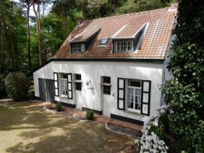 Zeer charmante te renoveren woning op 1755 m², op een groene en rustige topligging. GELIJKVLOERS: - Inkomhal met trap naar verdieping - Woonkamer