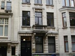 Office te huur Statig herenhuis gelegen in een rustige straat vlakbij de Grote Steenweg en de afrit 'Berchem'Het gebouw biedt in totaliteit 230m²