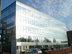 Office te huur Prachtige kantoren in rustige, groene doch zeer centraal gelegen omgeving vlakbij Berchem station.De beschikbare kantoorruimte is geleg