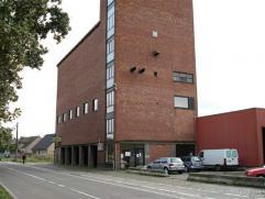 Warehouse te huur Gelegen nabij de haven van Antwerpen: drie magazijnen en volledig gerenoveerde kantoren in oude graansilo.Kenmerken magazijn:- vrije