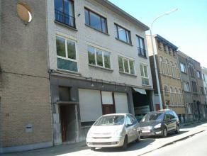 Polyvalent bedrijfsgebouw te Mortsel. Zeer vlot bereikbaar via de Grotesteenweg (N1) en vlak bij de autosnelweg E19 Antwerpen-Brussel. Het bedrijfsgeb