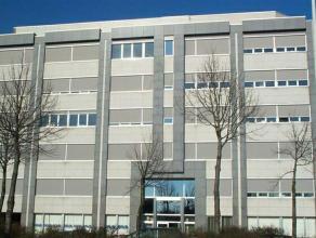 Modern kantoorgebouw gelegen aan de Antwerpse Singel en nabij de Craeybeckxtunnel. Bereikbaarheid: - gemakkelijk bereikbaar met de wagen en het openba