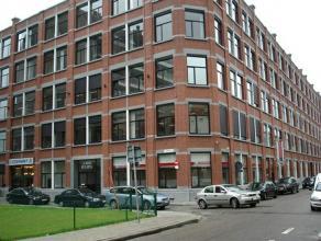 Modern multifunctioneel kantoorgebouw met veel lichtinval. Strakke architectuur met klassieke gevel. Algemeen - volledig gerenoveerd - ondergrondse pa