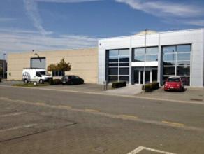 Modern kantoorgebouw met aanpalend magazijn in de industriezone 'Ambachtsweg' te Merelbeke.  Het totale gebouw bestaat uit een linker- en rechterged