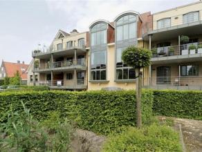Luxe-appartement van +/- 148 m² met 2 slaapkamers, 2 terrassen en een autostaanplaats rustig gelegen aan de Turnhoutse stadsrand. Indeling: Het a