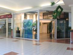 Winkelruimte in winkelcentrum Promenade in hartje Kapellen-centrum op ca. 68m²! Indeling:De winkelruimte is gelegen aan een licht binnenplein, we