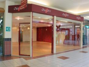 Winkelruimte in winkelcentrum Promenade in hartje Kapellen-centrum op ca. 82m²! Indeling:De winkelruimte is gelegen aan een licht binnenplein, we
