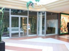 Winkelruimte in winkelcentrum Promenade in hartje Kapellen-centrum op ca. 100m²! Indeling:De winkelruimte is gelegen aan een licht binnenplein, w