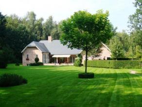 Klassevilla van 2001 met 4 slaapkamers, 2 badkamers en binnenzwembad op schitterend perceel van 3.000m². Deze villa is rustig gelegen op een zuid