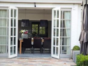 """Centraal gelegen """"Zoute"""" villa op ca. 800 m² pal in het centrum van Brasschaat! Indeling : Inkomhal met gastentoilet en handenwasser en toegang t"""