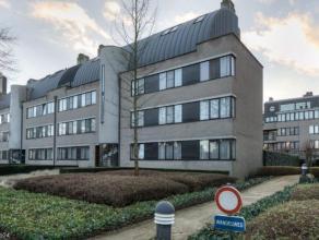In een standingvol gebouw gelegen, nabij het centrum van Mortsel, riant gelijkvloers appartement (ca. 257m²) met een zuidgeoriënteerde tuin