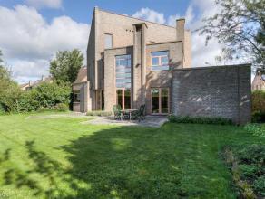 ARCHITECTURAAL PARELTJE MET VEEL LICHTINVALOpen bebouwing met 3 slaapkamers, ruime garage en tuin op ca. 800 m². Het pand is als volgt ingedeeld: