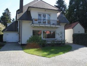 Klassieke vrijstaande villa, rustig gelegen in het geliefde Vriesdonk op ca. 1186m² eigen grond. Indeling:Ruime inkomhal met gastentoilet en vest