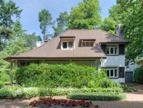Karaktervolle, te renoveren cottagevilla anno 1936 op ca. 2.880 m² nabij het centrum van Heide-KalmthoutIndeling:Gelijkvloers: De inkomhal met on