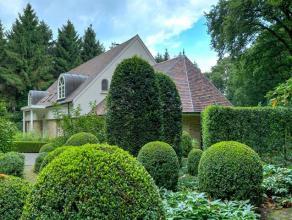 Deze prachtige villa op ca. 2.006 m² werd opgetrokken in een Amerikaanse stijl en is gelegen op een residentiële locatie grenzend aan een on