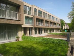 Nieuwbouwappartement, tegenover de Golf van Brasschaat, met 2 slaapkamers en ondergrondse garagestaanplaats.Indeling: Inkomhal met vestiairekast en ga