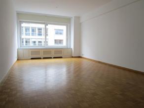Ruim 2 slaapkamer appartement (ca. 90 m²) met terras vlakbij de Nationale Bank. Op wandelasftand van het centrum en openbaar vervoer.Het appartem