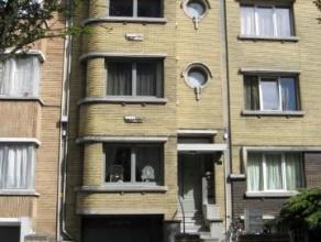 Een VOLLEDIG VERNIEUWD appartement (ca. 75 m²) met 1 slaapkamer op de tweede verdieping.Zeer goed gelegen, met perfecte bereikbaarheid t.o.v. Rin