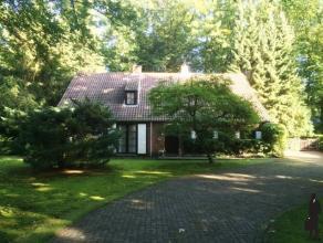 In het groen gelegen villa met 4 slaapkamers, 2 badkamers op ca 2.200m².Deze zeer degelijke villa heeft enige opfrissing nodig maar is schitteren