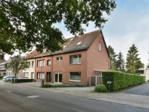 Leuke half-open gezinswoning met 5 slaapkamers, garage en tuin op 347m². Indeling: Inkom (voordien inpandige garage), ruime woonkamer op laminaat