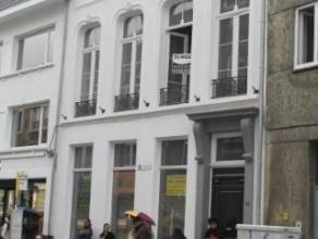 Volledig gerenoveerd 2 slaapkamer-appartement in statig herenhuis uit de 19de eeuw op 20m van de Grote Markt van Turnhout. Via de inkomhal heeft u toe