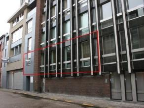 NIEUWSTAAT appartement met twee slaapkamers gelegen in het centrum van Turnhout op de hoek van de Grote Markt. Woonkamer met inbouwkasten en indirect