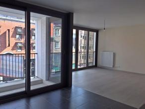 In 't centrum van Brasschaat, nieuwbouwappartement van ca. 87m² met autostaanplaats.Indeling: Leefruimte op grijze tegel/parket met balkon en aan