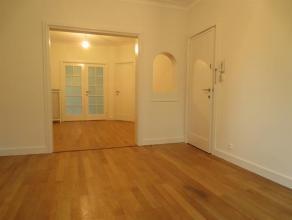 Een VOLLEDIG VERNIEUWD appartement (ca. 75 m²) met 1 slaapkamer en gezellige binnenkoer (ca. 10 m²).Zeer goed gelegen, met perfecte bereikba