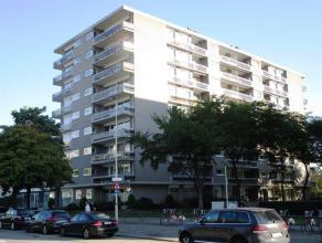 Ruim appartement (ca. 105m²) met grote terrassen en garagebox, op de 7e verdieping. Gelegen op Linkeroever, met een goede verbinding naar Antwerp