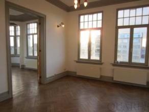 Prachtig 2-slaapkamer appartement met veel lichtinvalIndeling:Via de dubbele voordeur bereiken we dit luxueus appartement van 125m² op de derde v