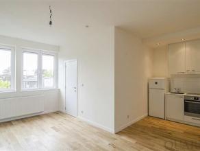 Indeling:Dit gerenoveerde appartement van 55 m² is gelegen op de 3e verdieping. Bij het binnenkomen, betreden we de leefruimte op parket. A
