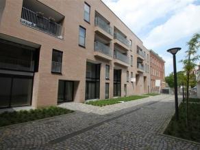 Duplex-appartement met 2 slaapkamers en ruim zonneterras!Indeling Je kan het appartement betreden via 2 mogelijke inkom deuren. Op het gelijkvloers vi