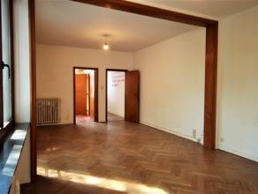 Dit appartement is gelegen op de 2e verdieping en is bereikbaar met de trap of lift. Je komt binnen in de inkomhal met vestiaire-ruimte. Via de gang b