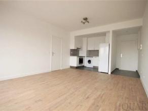 Dit totaal gerenoveerd appartement ligt op de 4de verdieping en bereikbaar via de trap of de lift. Ruime, lichte leefruimte met open keuken voorzien v
