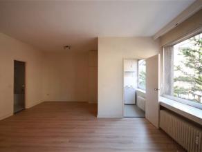 Aangename studio met lift in Residentie Zavelhof. De studio van ca. 45 m² is gelegen op 1ste verdieping en bereikbaar met een lift. De aparte keu