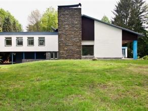 Uitzonderlijke villa op een breed terrein van 2.126 m2.Via de brede oprijlaan bereik je de woning waar je verrast wordt door de imposante uitstraling