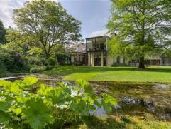 Moderne, ruime villa op een prachtig parkdomein van 12.110m² in een idyllische omgeving.IndelingOp een prachtig perceel van 12.110m²,