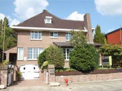 Indeling: Mooi landhuis ontworpen door De Rycke (Temse)op +/- 900 m² in het charmante dorpje Tielrode. De inkomhal beschikt links en rechts over
