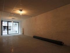 Ruim handelspand gelegen op toplocatie in de Mechelse binnenstad Indeling:Dit ruim handelspand van 143 m2 is gelegen in één van de comme