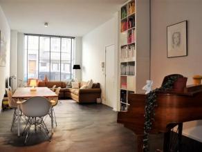 Indeling : Het appartement is gelegen op het gelijkvloers. De ruime, gemeenschappelijke inkomhal met authentieke, rood gelakte trap doet je&nbsp