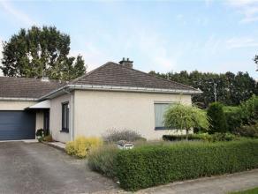 Indeling: Deze in het groen gelegen bungalow ligt op een perceel van 520m².Via de lichte inkomhal met gastentoilet en vestiaire komt u in de livi
