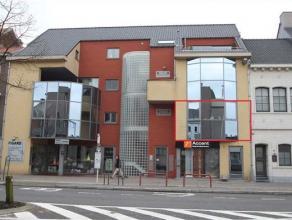 Indeling: Het appartement op de 1e verdieping is bereikbaar d.m.v. een lift of trap. Vanuit de inkomhal met apart toilet bereik je de ruime leefruimte