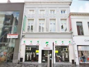 Indeling:Dit handelspand met appartement is gelegen in de grootste winkelstraat van Sint-Niklaas. U komt het pand binnen via de riante winkelruimte me