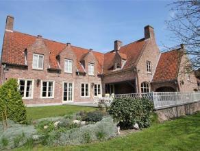 Indeling: Landelijk gelegen villa met verschillende mogelijkheden. Ideaal om wonen en werken te combineren.Via de inkomhal met gastentoilet komt u in
